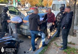 ДБР викрило поліцейських Буковини, які брали гроші з контрабандистів за уникнення відповідальності