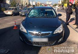 У районі проспекту Незалежності у Чернівцях на пішохідному переході легковик травмував жінку