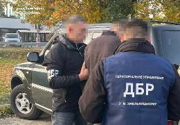 ДБР затримало прикордонника Буковини, який за хабарі сприяв у контрабанді цигарок до Румунії