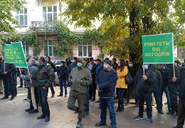 У Чернівцях лісівники, які проти ліквідації лісгоспів, прийшли з пікетом до ОДА