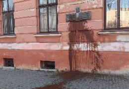 Поліція відреагувала на антиукраїнську провокацію у Чернівцях, де нечистотами облили фасад Українського народного дому
