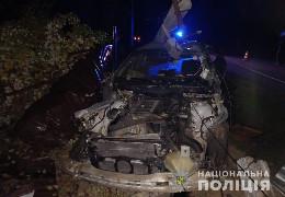У Дністровському районі легковик врізався в електроопору. Двоє постраждалих