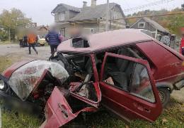 Авто перетворилося на купу брухту: у Чернівцях зіткнулись легковики, троє людей у лікарні