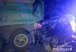 """На Буковині жахливе ДТП: легковик """"Mazda"""" влетів у припаркований """"КАМАЗ"""". В аварії загинув молодий співробітник ДСНС"""
